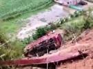 满载沙石货车冲出山崖