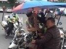交警终于收遮阳伞了