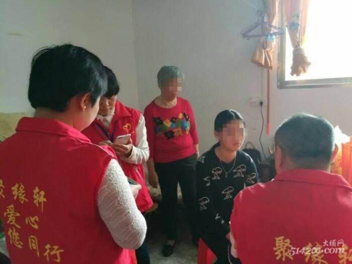 2.协会工作人员走访了解刘同学家的家庭生活情况1.jpg