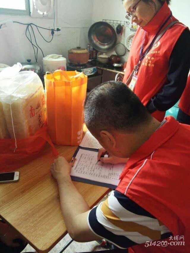 4协会工作人员走访了解刘同学家的家庭生活情况3.jpg