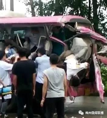 突发!梅县区货车与中巴车相撞,6名嘉大学生受伤,其中2人伤势重(附现场视频)