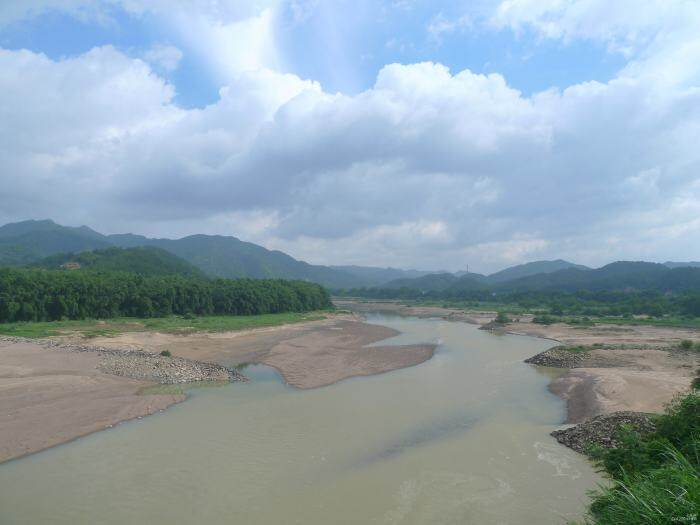 今日的汀江,浩瀚的江河变成涓涓细流。