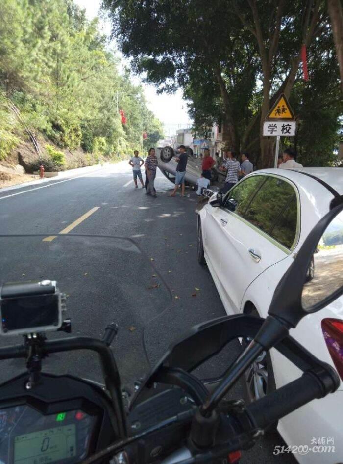 三河坝 街上一小车倒车 打孔敲