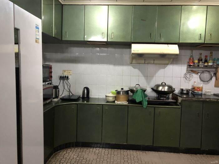 厨房宽敞大冰箱、烤箱、微波炉、电磁炉均齐全