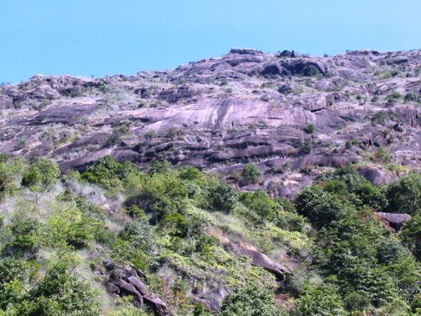 寺后的山峰