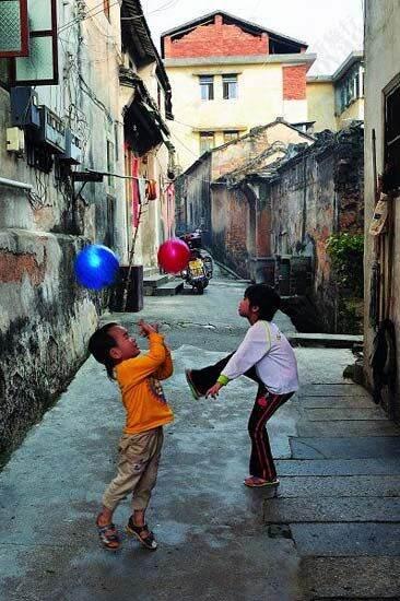 街頭玩耍的孩子