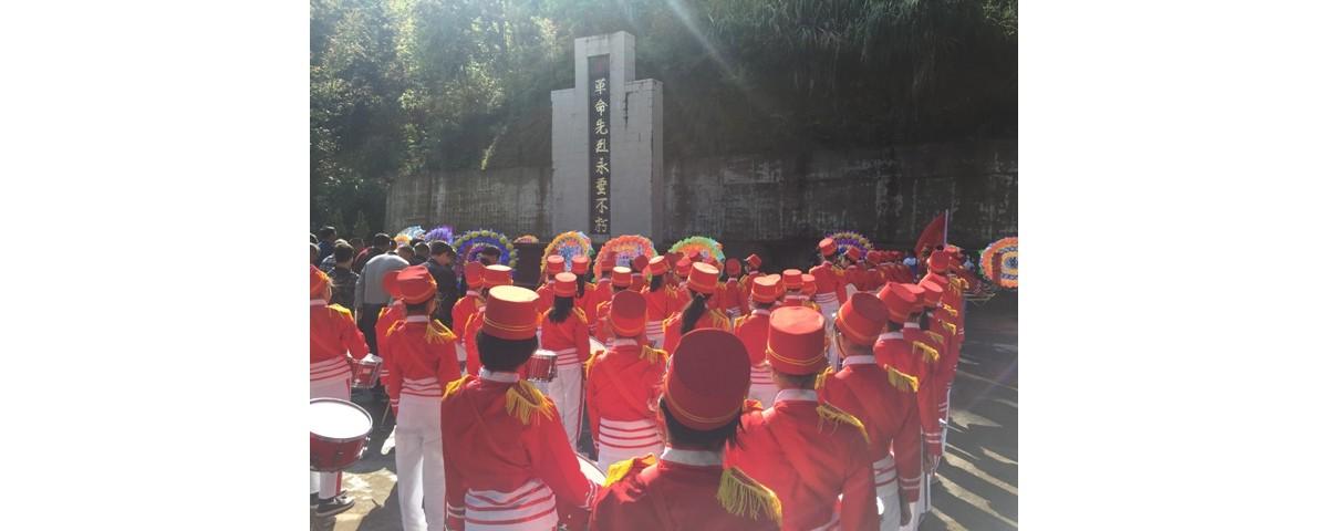 茶阳中小组织师生瞻仰革命烈士纪念碑