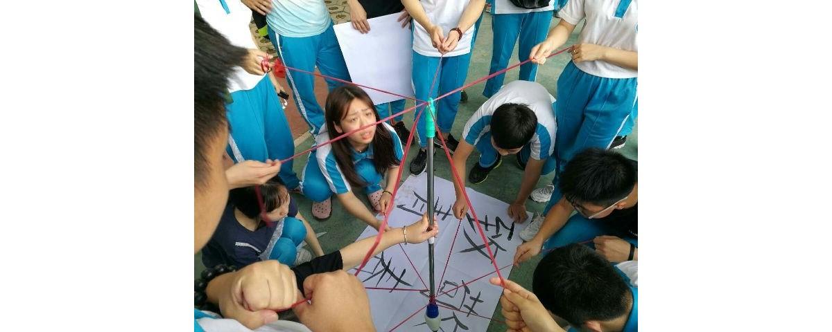 """家炳一中举办""""神笔马良""""学生小集体写字的竞赛活动"""