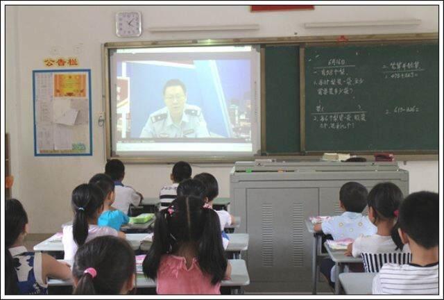 实验小学举行法制安全教育讲座活动