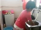 这么小让她洗碗难为她吗